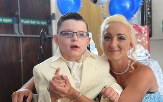 Prinț pentru o zi: Povestea băiatului de 7 ani care s-a căsătorit în glumă cu mama sa