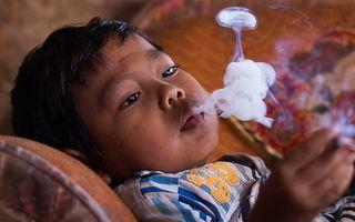 Cum a ajuns un copil de doi ani să fumeze două pachete de țigări pe zi - VIDEO