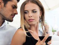 5 motive pentru care merită să ai o relaţie cu un Vărsător