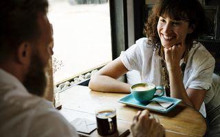 Ce greșeli faci în timpul unei conversații. Îi enervează la culme pe oameni!