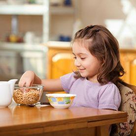 Copil mâncând
