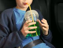 Cum să-ți ajuți copilul să renunțe la băuturile carbogazoase