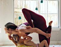 Mama multi-tasking: Își alăptează copilul în timp ce face yoga