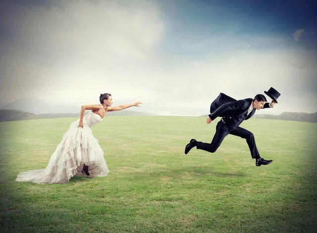 Bărbat care fuge de căsătorie