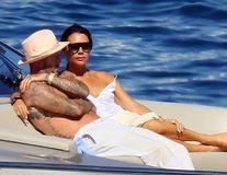 Familia Beckham la mare: Sărut pasional pe iahtul lui Elton John