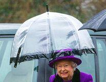 Detaliul neobservat din ținuta Reginei Angliei: Ce rol are umbrela