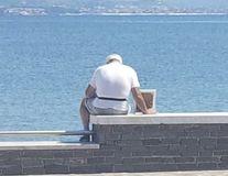 Dragostea nu moare! Povestea emoționantă a pensionarului care vine în fiecare zi pe plajă cu poza soției