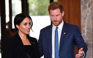 Prințul Harry nu-și poate lua mâinile de pe Meghan Markle: O mângâie și de față cu copiii