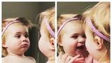 Ce spectacol! Cum se distrează o fetiță când se vede în oglindă - VIDEO