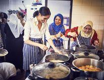 Prințesa în bucătărie: Meghan Markle a gătit pentru victimele unui incendiu
