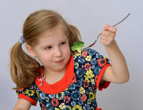 Cum să-ți convingi copilul să încerce alimente noi în vacanță