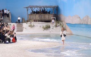 O prezentare de modă cum nu s-a mai văzut: Chanel a creat o plajă cu nisip şi valuri în interior