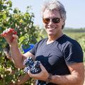 Jon Bon Jovi a cules via: Starul rock face vin rosé în sudul Franței