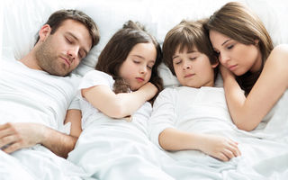 De ce este sănătos pentru părinți să doarmă cu copiii
