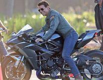 """Tom Cruise, bărbatul fatal din """"Top Gun"""": Are cea mai tare motocicletă și e neschimbat"""