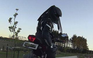 Motocicliștii groazei: Casca Predator impune respect pe șosele