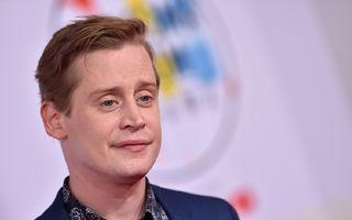 Se vede că nu mai e singur acasă: Macaulay Culkin arată din nou foarte bine