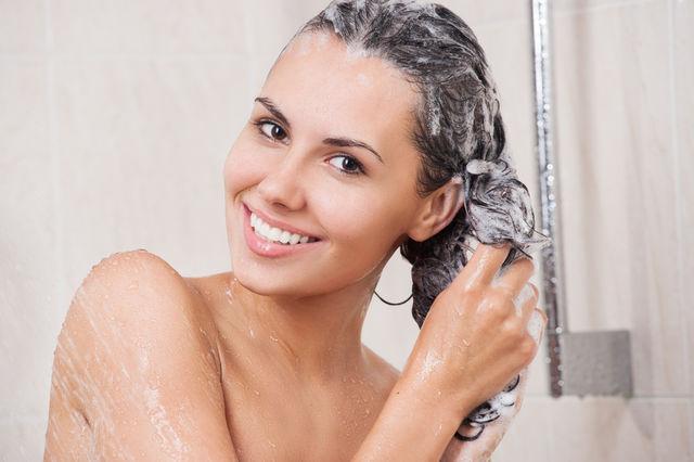Cât de des ar trebui să te speli pe cap, în funcție de tipul tău de păr