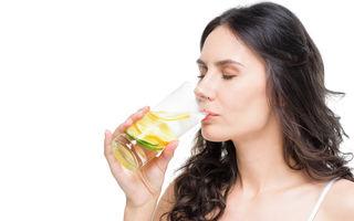 De ce este benefic pentru tenul tău să bei apă cu lămâie