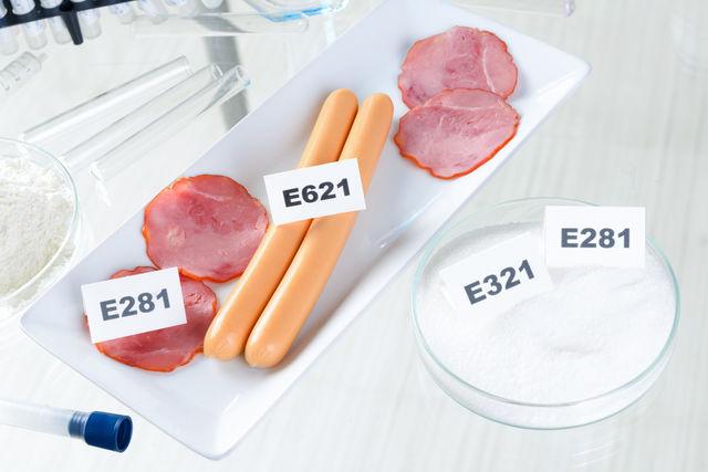 Studiu: Un sfert dintre aditivii alimentari autorizați sunt periculoși pentru sănătate