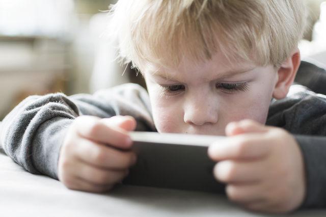Telefoanele mobile cauzează probleme de sănătate mintală copiilor încă de la doi ani