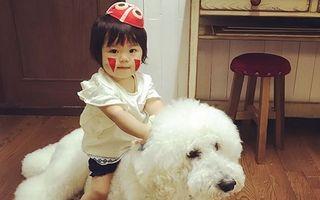 Bunicuţa inventivă: Şi-a fotografiat nepoata şi câinele în ipostaze grozave