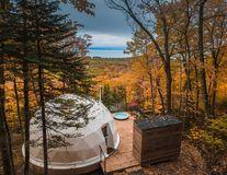 Cazare la cort pentru fițoși: Condiții de lux în mijlocul pădurii