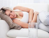 De ce ai crampe, chiar dacă nu ai menstruație? 5 motive