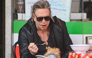 """Mickey Rourke își hrănește câinele cu furculița, la cafenea: """"Una mie, una ție"""""""