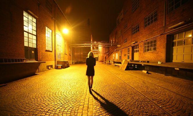 femeie pe stradă