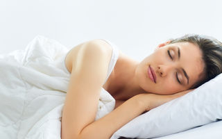 7 obiceiuri greșite care îți deteriorează părul pe timpul nopții