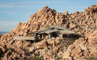 Casă de piatră! Vila construită pe o stâncă din deșert arată ca în SF - FOTO