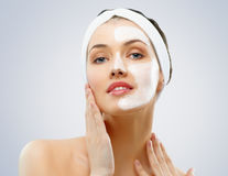 7 produse cosmetice pe care dai banii degeaba, potrivit dermatologilor