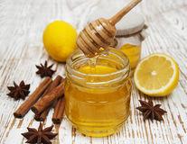 Mierea, cel mai bun antibiotic natural. Reduce tusea într-o zi