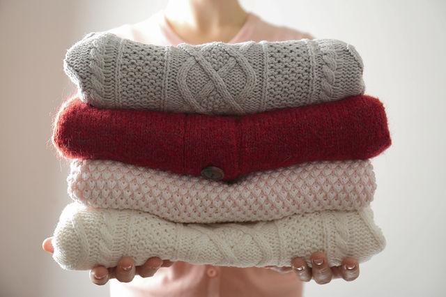 Cum să înmoi puloverele care te zgârie și îți irită pielea