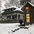 A transformat un copac de 110 ani într-o mini-bibliotecă publică. Arată ca în povești!