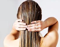 10 reguli de respectat când aplici balsamul de păr