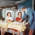 Bun venit la bord! 14 imagini prețioase din anii în care zborul era un lux