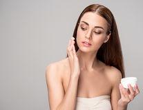 Cât de eficiente sunt cremele anti-îmbătrânire cu vitamine?