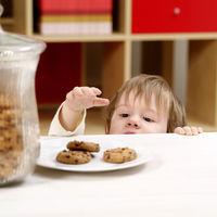 4 greseli pe care le fac parinții cand vor sa-si invețe copiii sa manance mai puțin