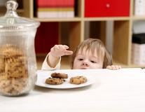 4 greseli pe care le fac părinții când vor să-și învețe copiii să mănânce mai puțin
