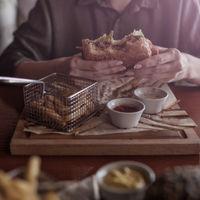 Experții in eticheta spun ca poți sa mananci cu mana la restaurant