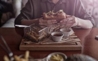 Experții în etichetă spun că poți să mănânci cu mâna la restaurant