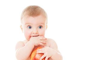 Cum să-l faci pe bebelușul tău să iubească mâncarea la fel de mult ca și tine