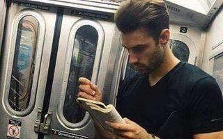 Rari şi atât de sexy! 13 bărbaţi atrăgători care citesc pe unde apucă