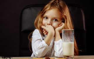 Ce-i dai copilului seara? 3 strategii pentru gustări sănătoase