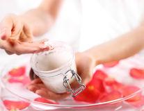Scrub cu zahăr pentru ten. 6 rețete care îți fac pielea perfectă