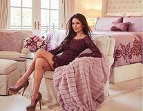 """""""Acasă"""" la Catherine Zeta-Jones: Vedeta stă picior peste picior într-o cameră decorată în culori de primăvară"""