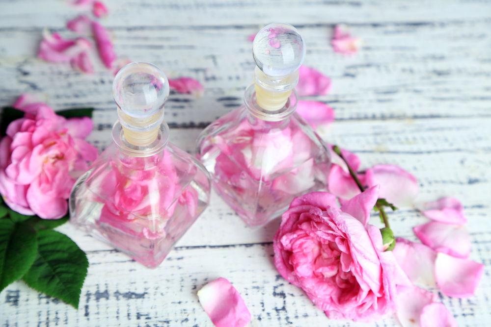 Cum să folosești apa de trandafiri pentru pielea uscată
