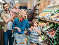 5 jocuri pentru tine și copii la supermarket